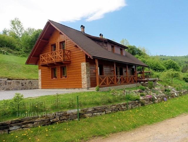 A250 - chata na prenájom v obci Oravský Biely Potok. Chata je situovaná na samote pod lesom na okraji obce.