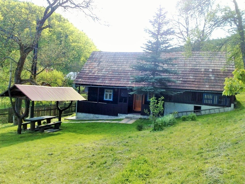 A112 - chalupa s bazénom v málo obývanej osade Klecenec v blízkosti lesa pri obci Záriečie v Javorníkoch