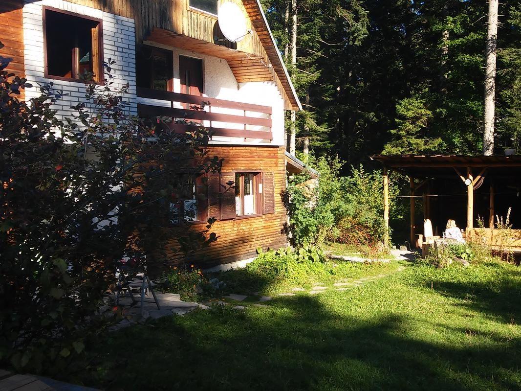 A170 - chata v chatovej oblasti v ihličnatom lese pri obci Krpáčovo (Nízke Tatry) neďaleko jazera a lyžiarskych vlekov